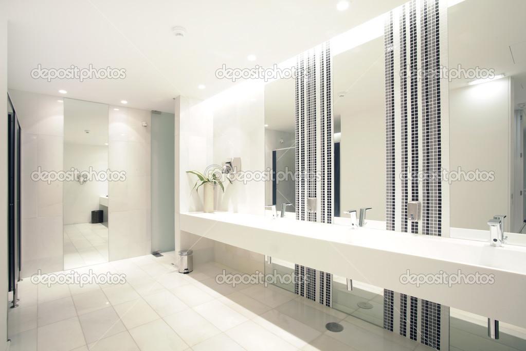 Luxus badezimmer suite mit dusche / wc — stockfoto © policarpo ...