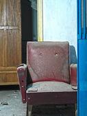 заброшенный старый диван на фабрике — Стоковое фото