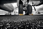 Under the wing of plane, black and white — Stock Photo
