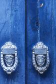 крупным планом изображение старой деревянной двери с металлической ручкой и ржавый болт. — Стоковое фото