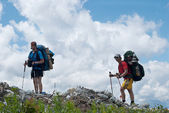 Two hikers against the sky — Stock Photo