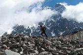 Альпинист в горах — Стоковое фото