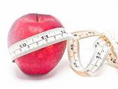 красный apple и мера ленты, изолированные на белом фоне. — Стоковое фото
