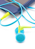 Colorido auriculares con reproductor de mp3 portátil aislado en blanco ba — Foto de Stock