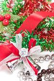 Silber weihnachten glocken dekorieren mit roter schleife. — Stockfoto
