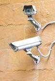 Duas câmeras de segurança cftv na esquina de um edifício. — Foto Stock