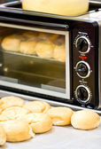 Baked bun in microwave oven. — Stock Photo