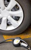 检查轮胎的气压压力表. — 图库照片