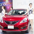 Unidentified models with Nissan Pulsar car — Stock Photo