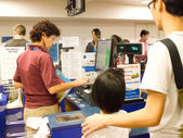 Volunteer with visitors at Cashier counter — Stock Photo