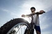 Ciclista de treinamento em uma estrada — Foto Stock