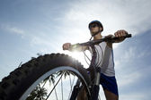 Bisikletçi bir yolda eğitim — Stok fotoğraf