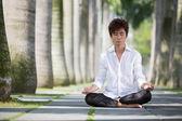 Asiatische geschäftsmann meditieren. — Stockfoto
