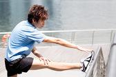 Homme asiatique qui s'étend. — Photo