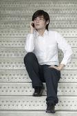 Asiatische geschäftsmann mit einem handy — Stockfoto