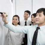 Beyaz tahta üzerinde yazma Çin iş adamı — Stok fotoğraf