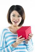 Fille chinoise détenant un cadeau — Photo
