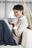 Bella donna cinese, bere un caffè a casa — Foto Stock
