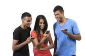 Grupp unga indiska vänner med deras smartphones. — Stockfoto