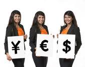 """Indiska affärskvinna håller valutasymboler säga ordet """"ja' — Stockfoto"""