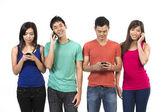 Grupp unga kinesiska vänner med deras smartphones. — Stockfoto