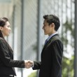 Chinese Business people shaking hands — Stockfoto