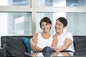 Happy čínský pár doma dohromady — Stock fotografie