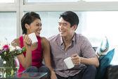 快乐汉语夫妇在家里相聚 — 图库照片