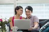 自宅でラップトップを使用して若い中国人のカップル — ストック写真