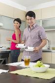 Gelukkige aziatische paar eten thuis — Stockfoto