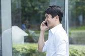Chinese Business man talking on phone — Stockfoto