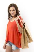 Alışveriş torbaları ile mutlu bir asyalı kadın portresi. — Stok fotoğraf