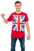 Cool guy with idea of UK flag on t-shirt — Stock fotografie