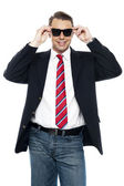 Unga business achiever hålla nyanser i stil — Stockfoto