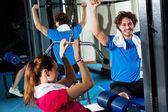 Birlikte bir çok spor salonunda egzersiz arkadaşlar — Stok fotoğraf