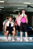 Przyjaciele siłowni z piłką ćwiczenie — Zdjęcie stockowe
