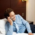 heureux jeune homme communique avec son partenaire — Photo