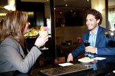 Vänner njuter cocktail i baren — Stockfoto
