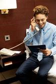 Monsieur souriant passant une commande par téléphone — Photo