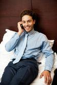 下班后出席私人电话的商人 — 图库照片