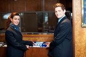 Coup occasionnel de jeunes aide les cadres de bureau vérification des dossiers des clients — Photo