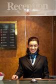 Affascinante bella receptionist in posa — Foto Stock