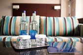 Hotelový pokoj zastřelen. nápojové láhve v zaměření — Stock fotografie