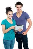 Teknik savvy par bläddra nyligen lanserade tablet — Stockfoto