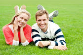 Gelukkige jonge paar buitenshuis — Stockfoto