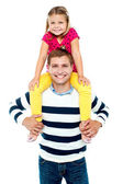 Fun loving kid sitting on her father's shoulders — Stock Photo