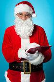 Ojciec mikołaj przygotowuje listę odbiorców, prezent — Zdjęcie stockowe