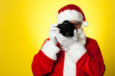 Say cheese! Santa capturing a perfect moment — Stock Photo