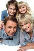 Eltern mit kindern an der spitze liegend — Stockfoto