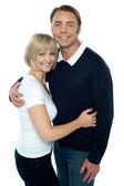 стильный мужчина в пуловер, обнимая его блондинка жена — Стоковое фото